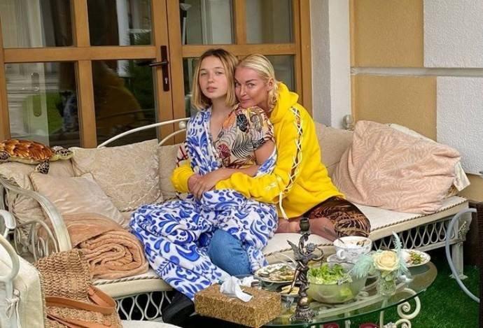 Дочь Анастасии Волочковой сменила имидж и приехала к маме в гости