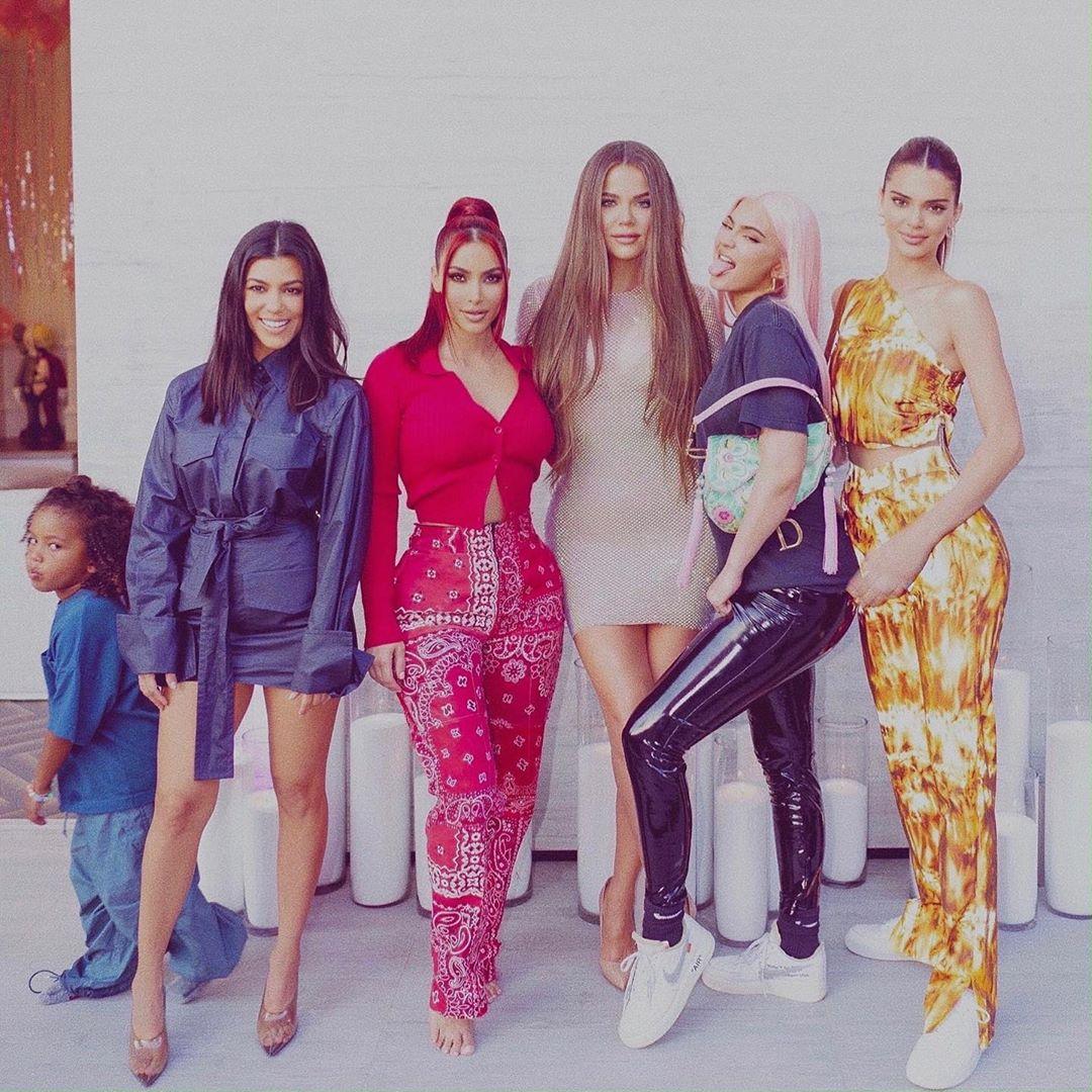 Ким Кардашьян обновила блог фотографией в компании сестёр