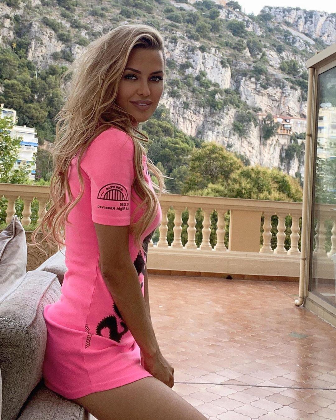 Виктория Боня с помощью розового платья подчеркнула стройность фигуры