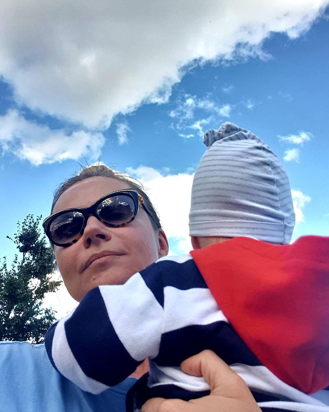 Актриса Мария Миронова вышла на прогулку с 10-месячным сыном