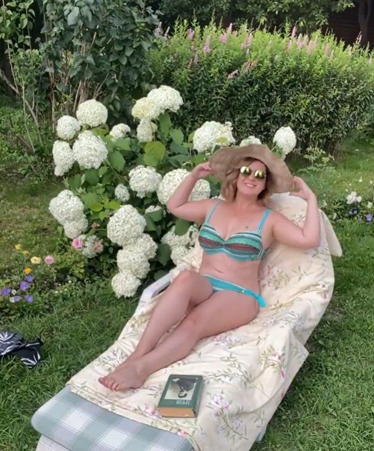 Анастасия Денисова показала коллекцию купальников для пышных дам