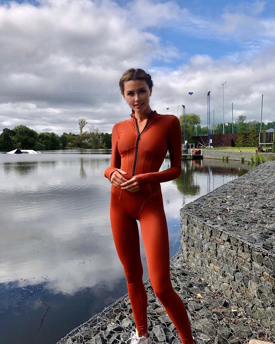 Анна Заворотнюк показала точёную фигурку в костюме для сёрфинга