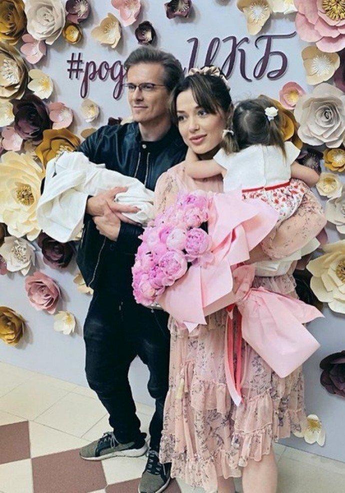 Глеб Матвейчук забрал из роддома супругу и сына