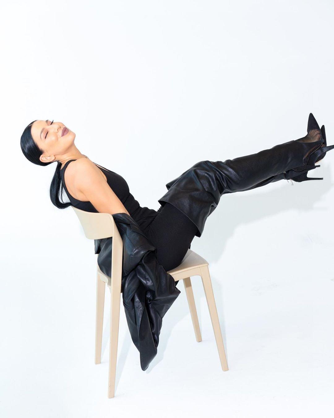 Певица Ёлка показала стройные ноги в кожаных ботфортах