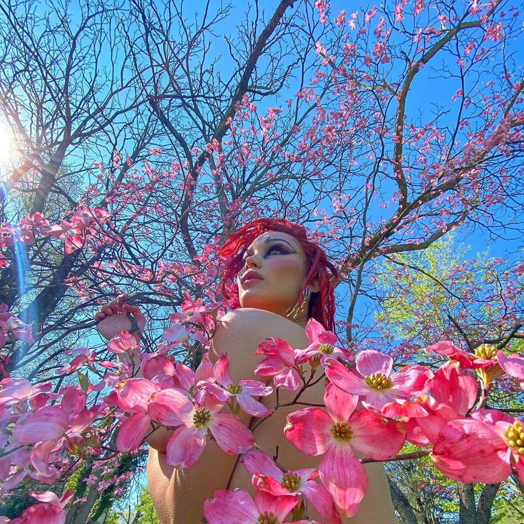 Белла Хадид снялась полностью обнажённой на фоне цветущих деревьев