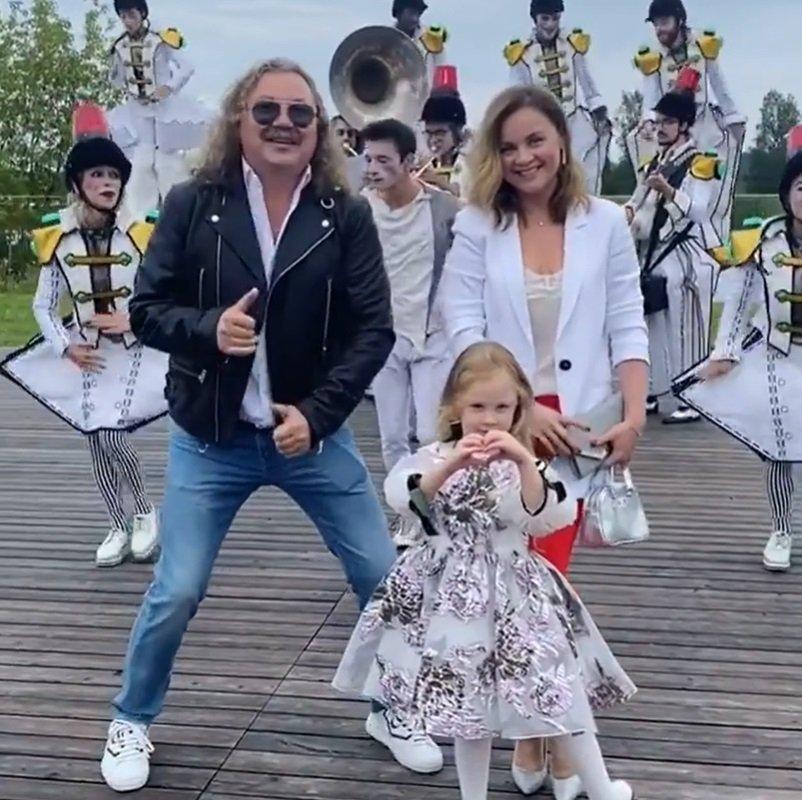 60-летний Игорь Николаев устроил энергичные танцы на детском празднике