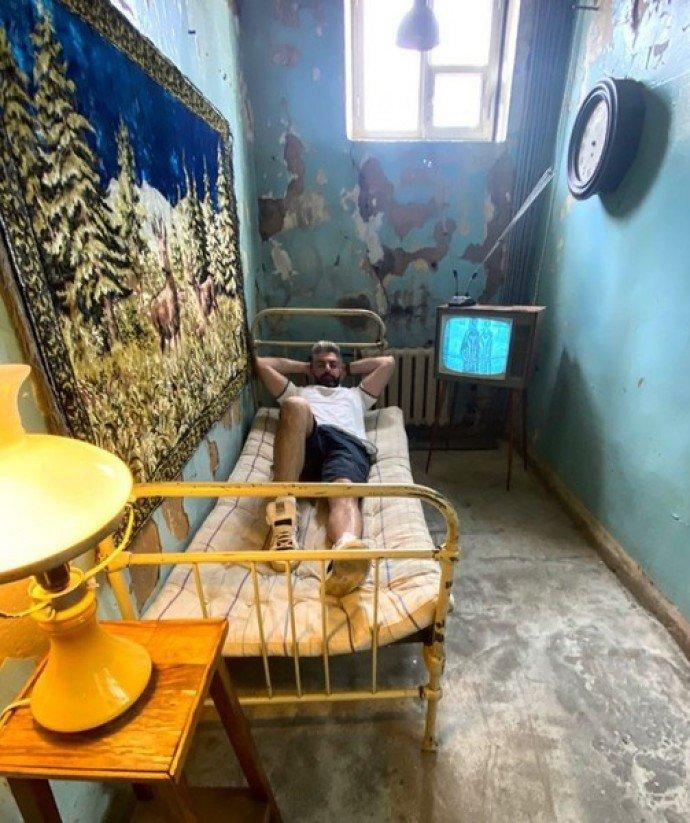 Дмитрий Исхаков с иронией показал где ему приходится жить после развода с Полиной Гагариной