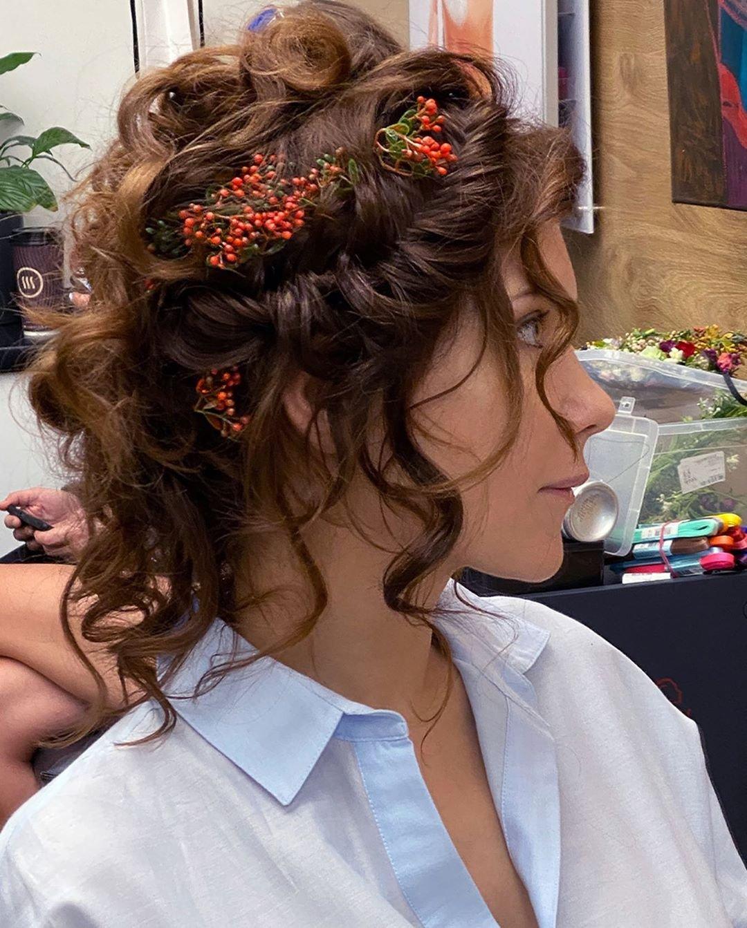 Екатерина Климова показала причёску с веточками рябины в волосах