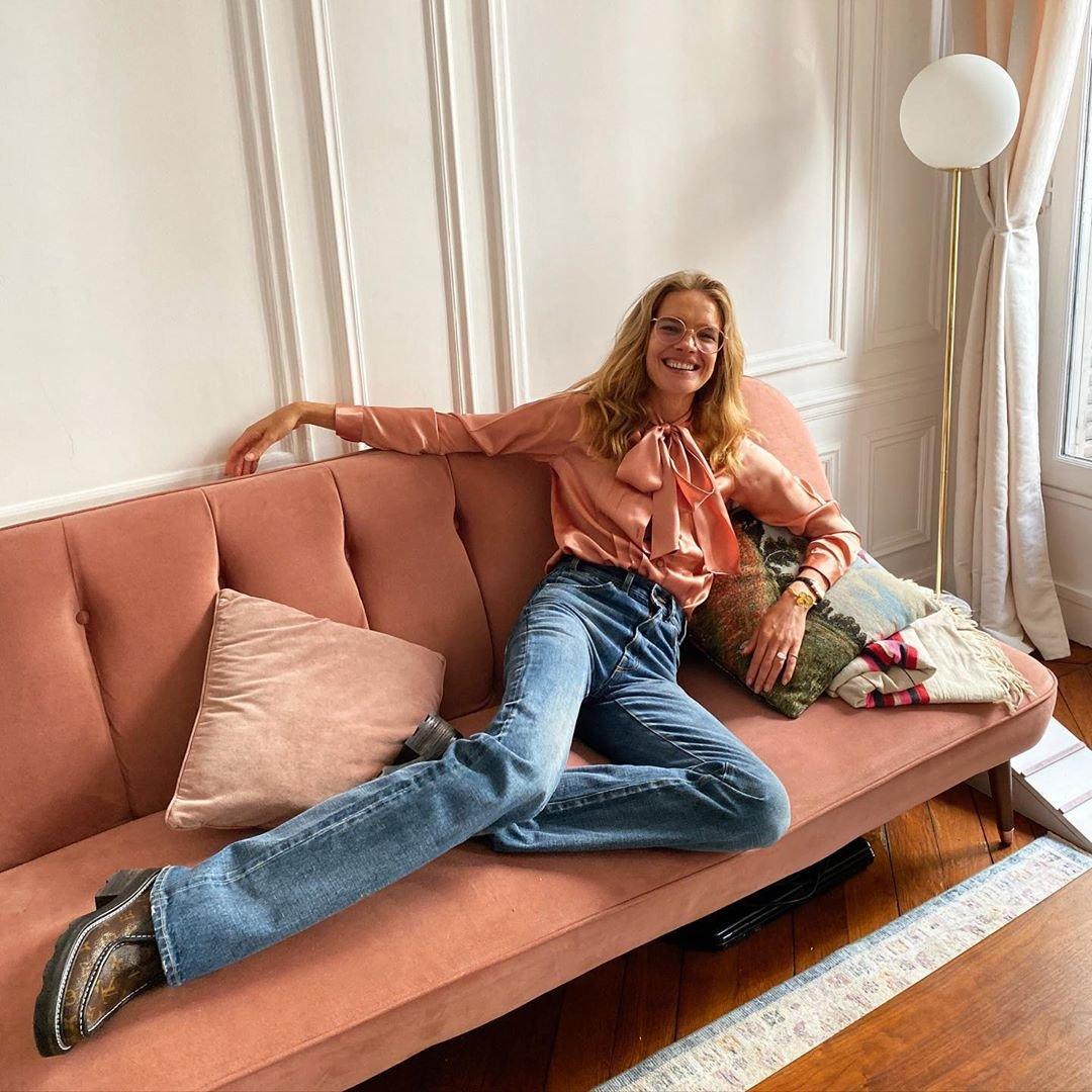 Наталья Водянова продемонстрировала свои длинные ноги на розовом диване