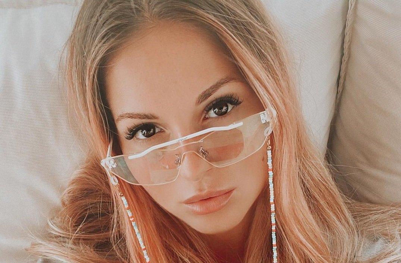 Певица Нюша показала соблазнительное фото в розовом купальнике