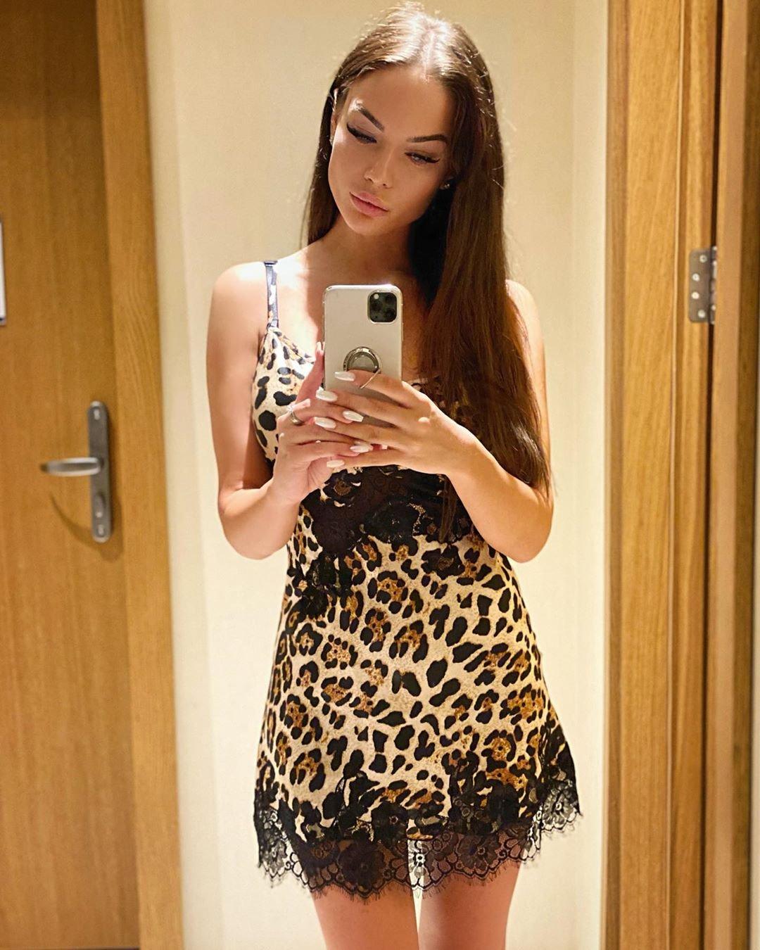 Яна Кошкина решила отправиться на прогулку по Турции в шёлковой леопардовой сорочке