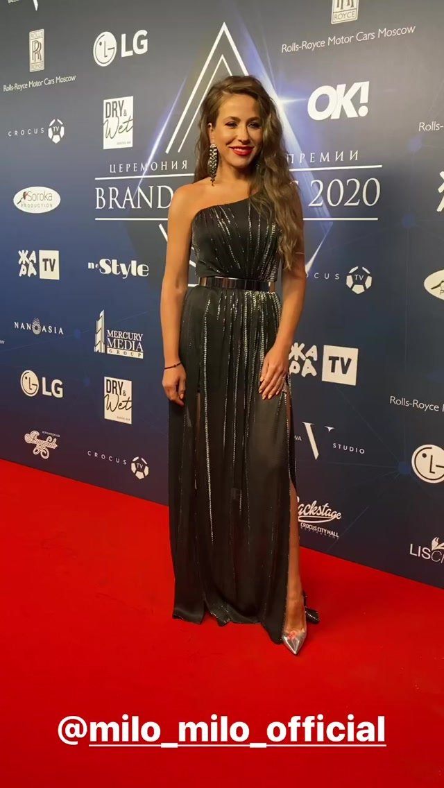 """Юлия Барановская в вечернем платье провела премию """"Brand Awards 2020"""""""