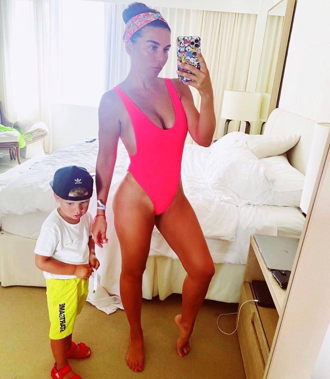 Анна Седокова задолжала за квартиру и детский сад своего сына