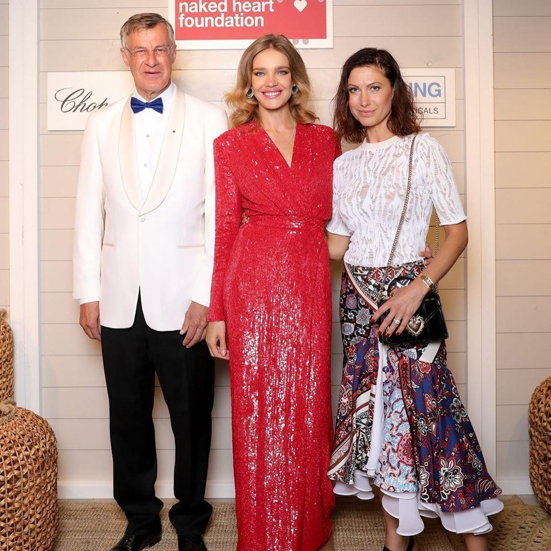 Наталья Водянова предстала в красном платье на вечере по сбору средств больным детям