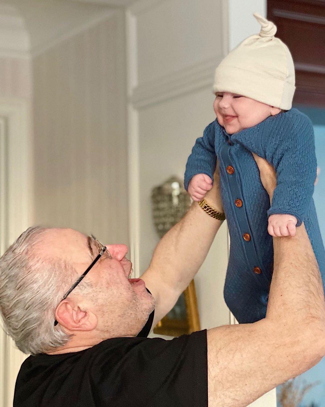 Иван Ургант посмеялся над фото Евгения Петросяна с сыном