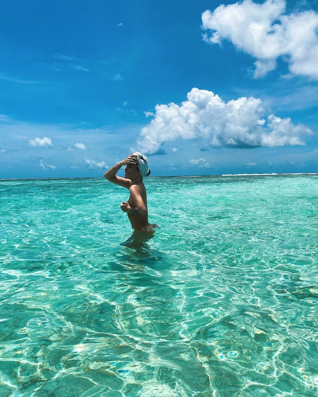 Айза Анохина снялась топлес на Мальдивах