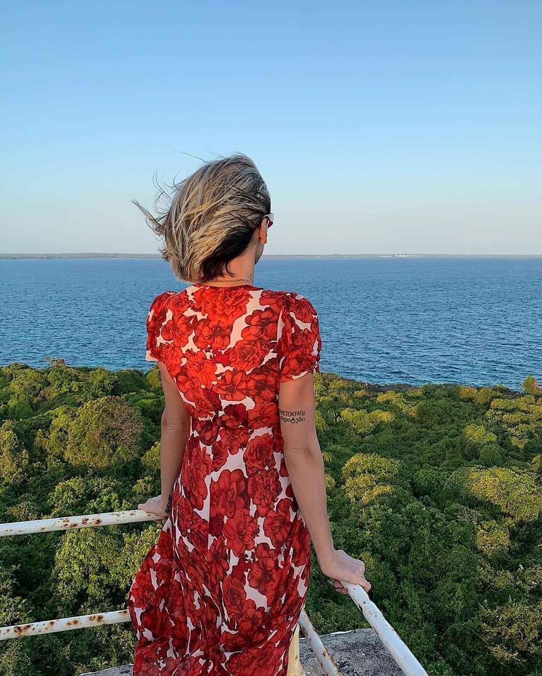 Настя Ивлеева удивила фанатов женственным платьем