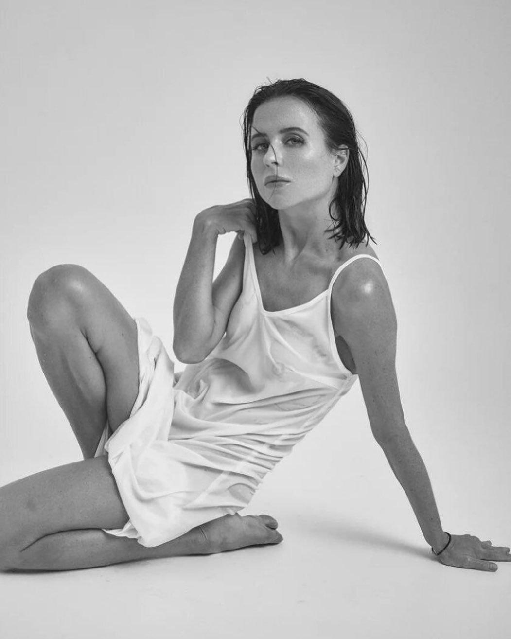 Мирослава Карпович снялась в мокром полупрозрачном платье