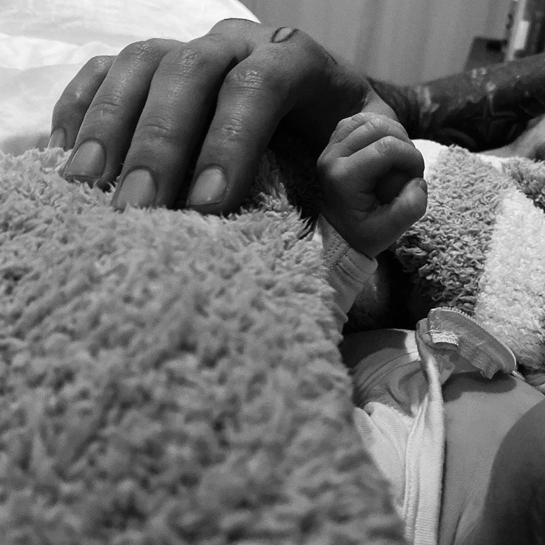 25-летняя модель Джиджи Хадид опубликовала фото ручки новорождённой дочки