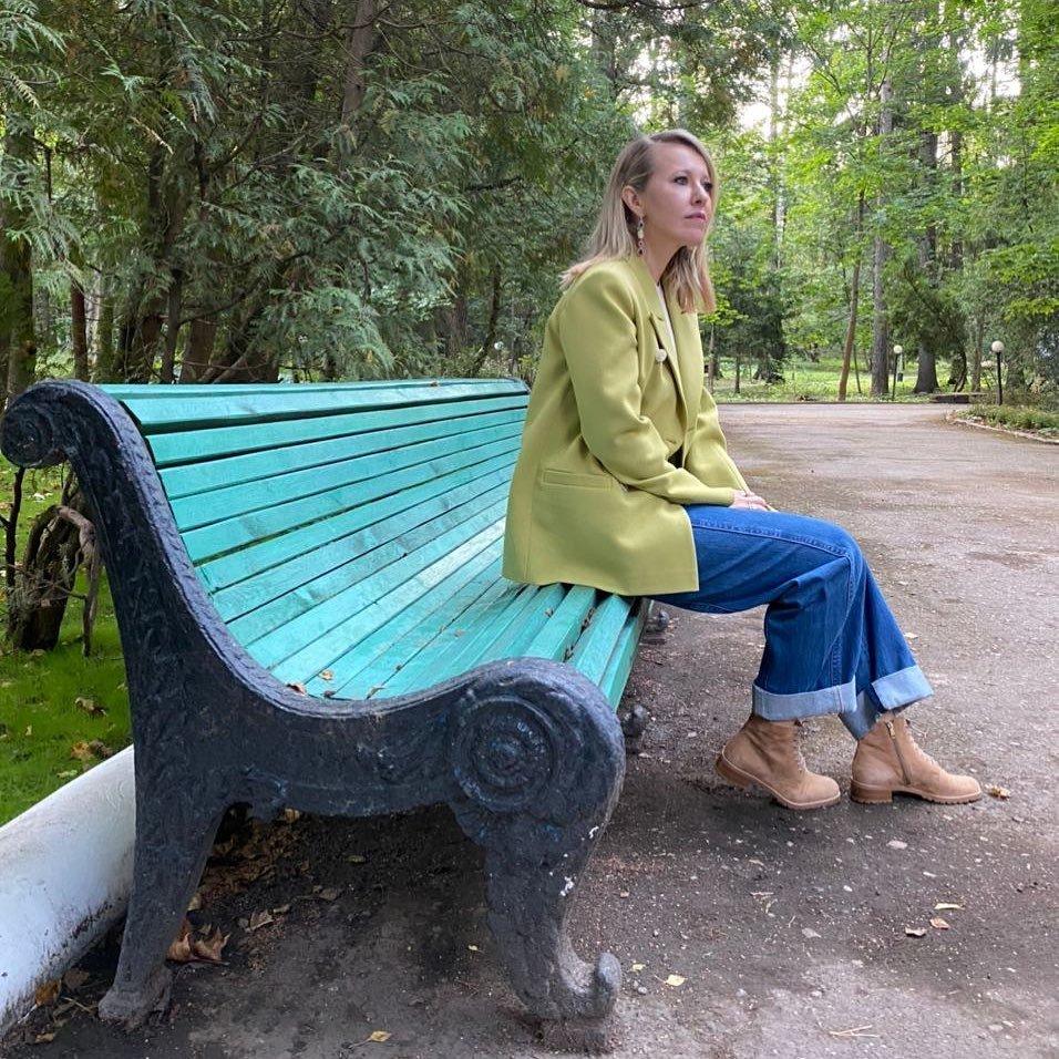 Ксения Собчак в зелёном жакете порассуждала на тему благодарности