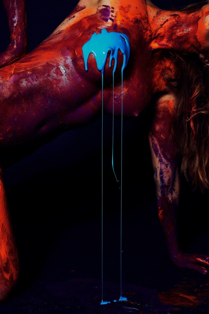 Натали Розер представила яркую фотосессию, раздевшись и вымазавшись в краске