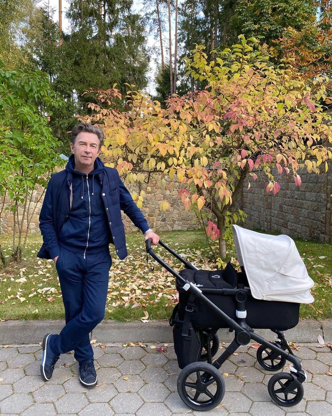 62-летний Валерий Сюткин погулял с новорожденным сыном