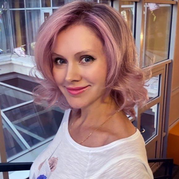 Певица Натали сменила цвет волос на розовый