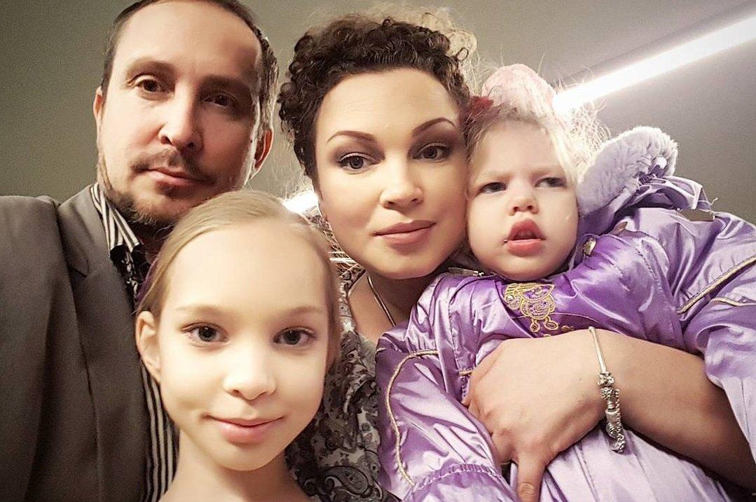 Жена певца Данко отсудила у него алименты на двоих детей