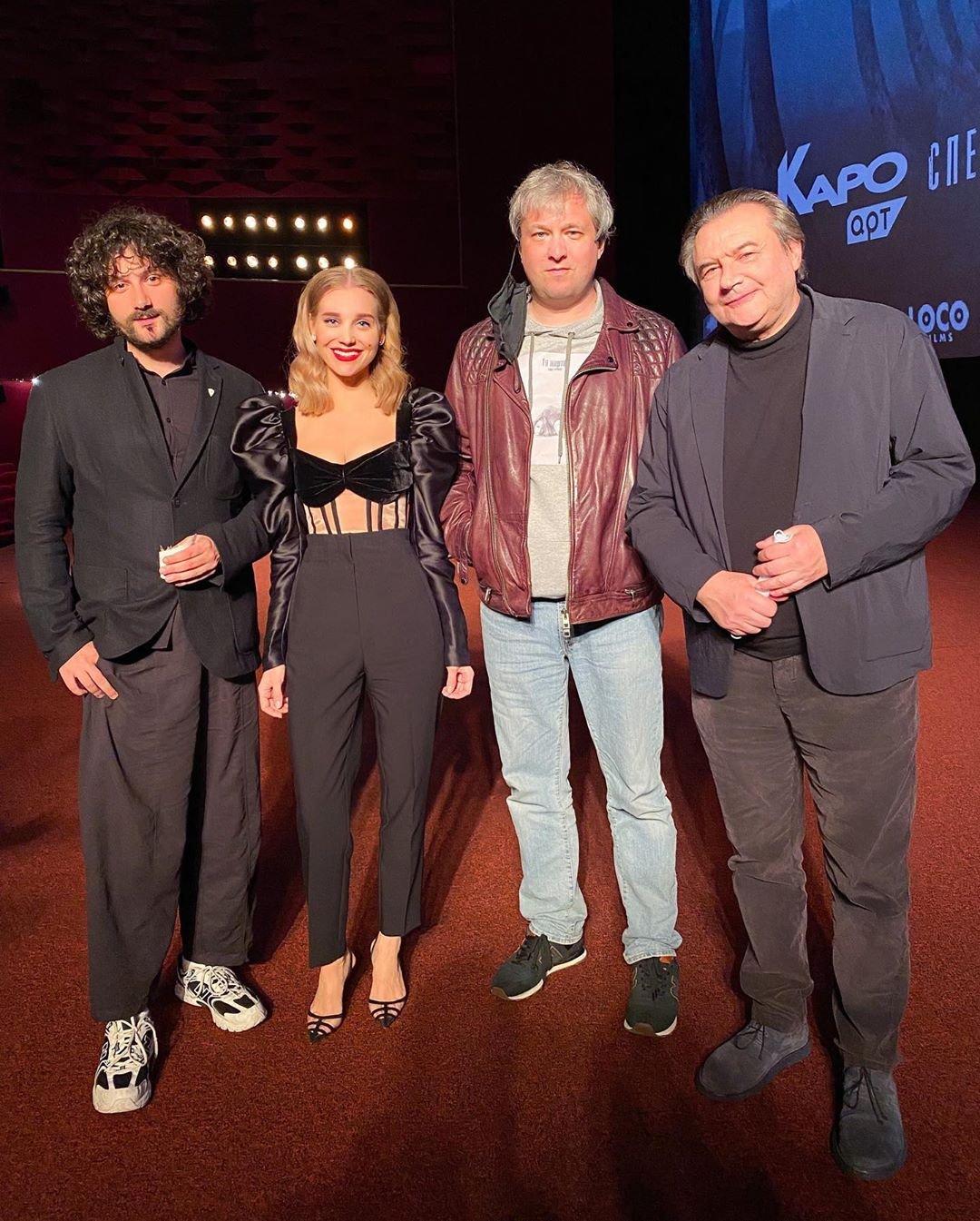 Кристина Асмус предстала в костюме с огромными рукавами на спецпоказе фильма