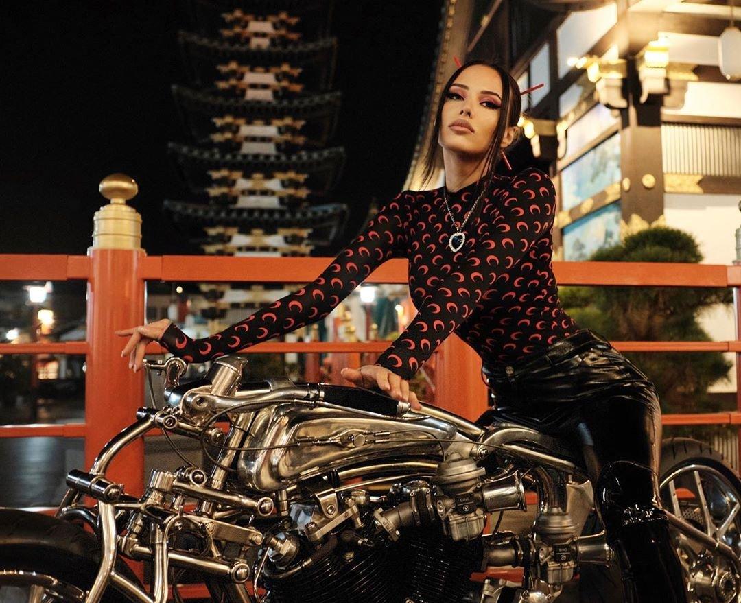 Анастасия Решетова предстала в чёрном латексе на мотоцикле