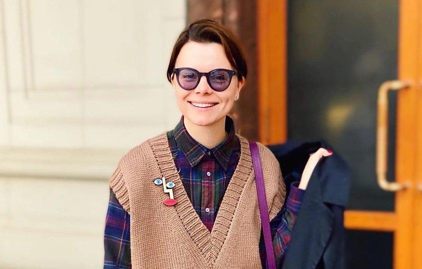 Татьяна Брухунова в сером костюме прогулялась по улочкам Тулы