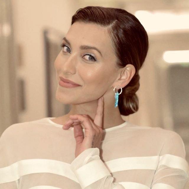 Регина Тодоренко предстала в коротком белоснежном платье на премии