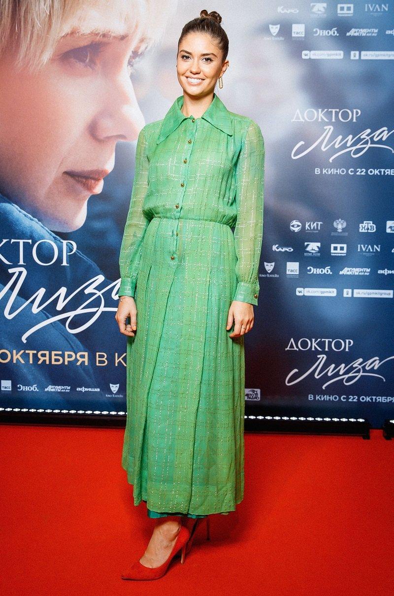 Платье от Dior случайно расстегнулось на Агате Муцениеце во время премьере фильма