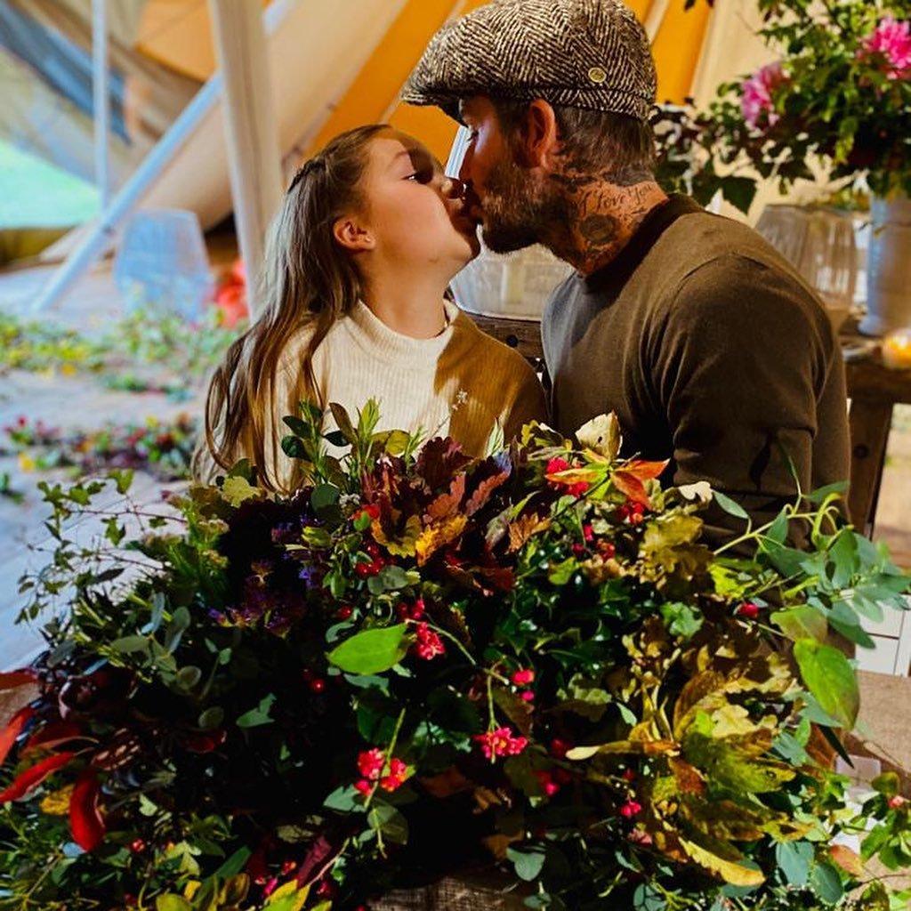 Дэвида Бекхэма раскритиковали за новый поцелуй с дочерью в губы
