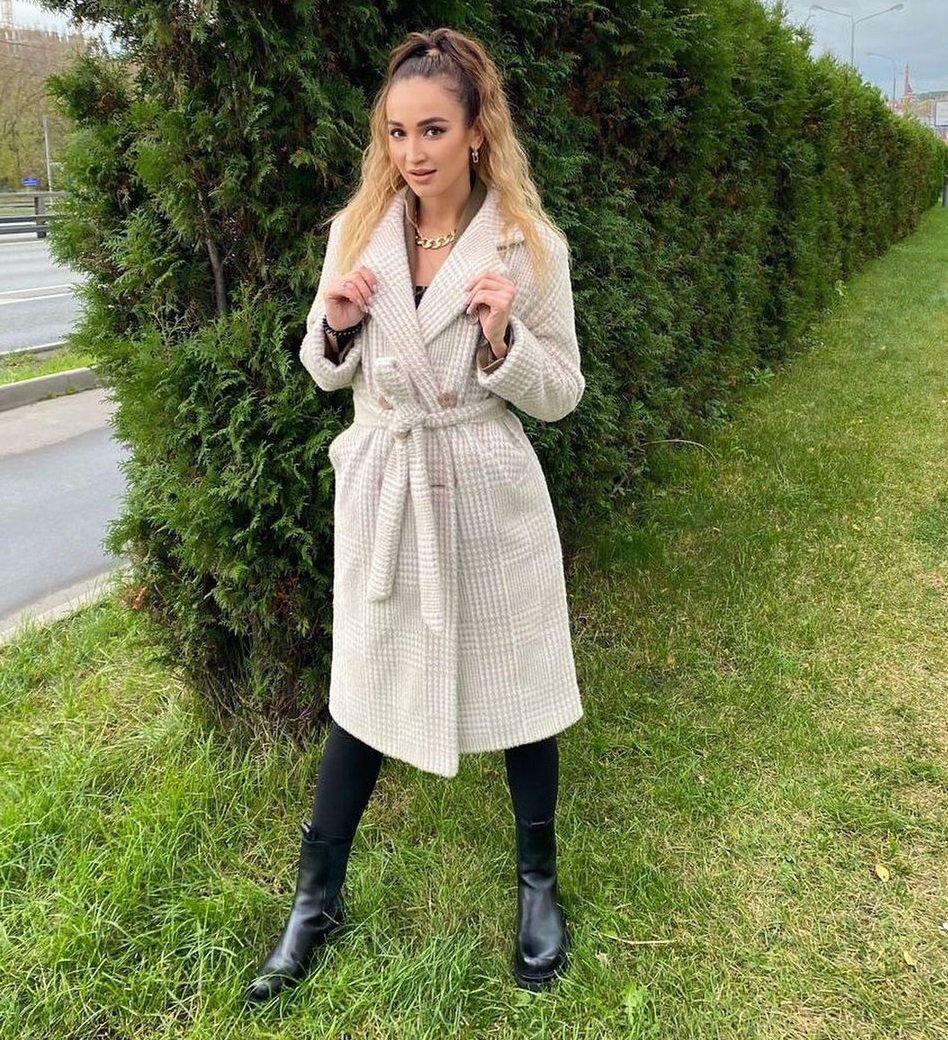 Ольга Бузова прикупила стильное пальто на осень
