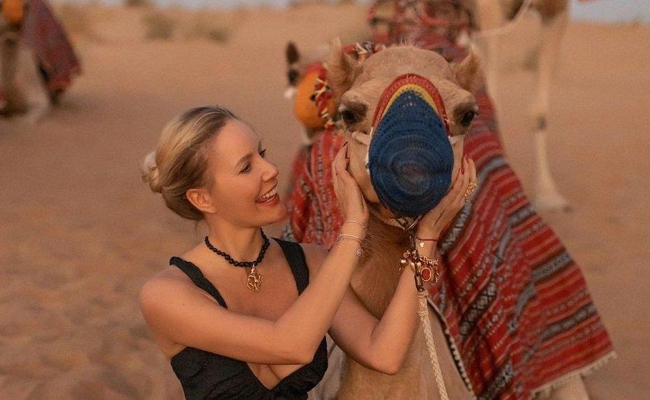 Елена Летучая предстала в чёрном бикини и грубых полуботинках на фоне пустыни