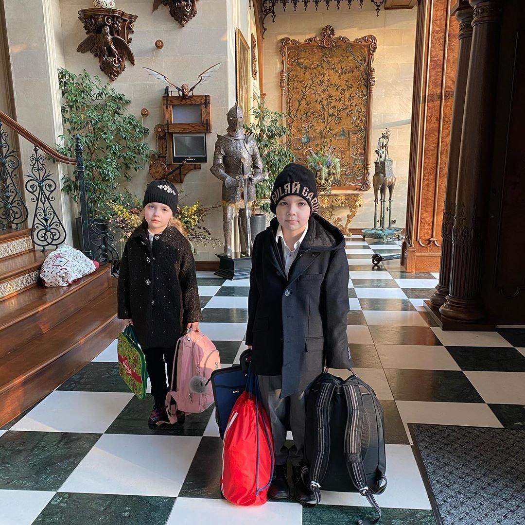 Максим Галкин показал количество вещей, которое берут с собой в школу Лиза и Гарри
