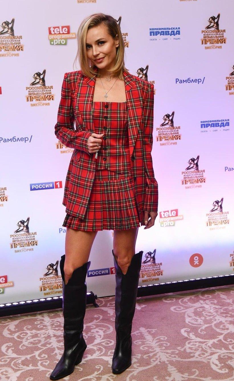 Полина Гагарина предстала в игривом клетчатом пиджаке и юбке