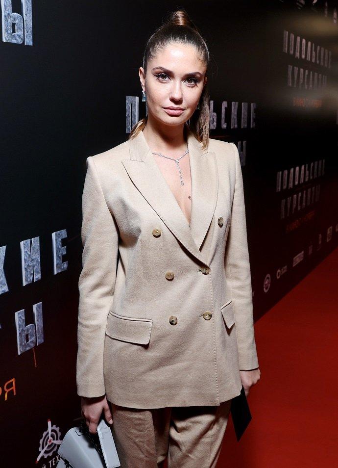 Агата Муцениеце предстала в пиджаке с глубоким вырезом на премьере фильма