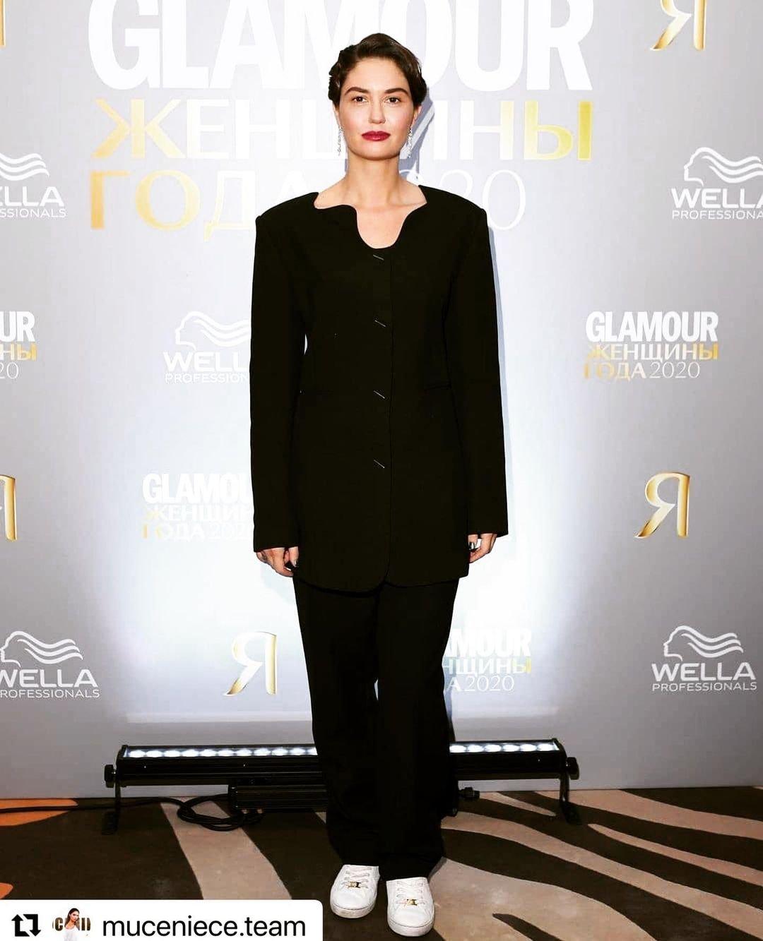 Агата Муцениеце предстала в стильном костюме и кедах на премии Glamour