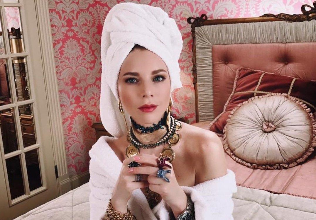 Наталья Подольская предстала в вечернем образе на съемках новогоднего шоу