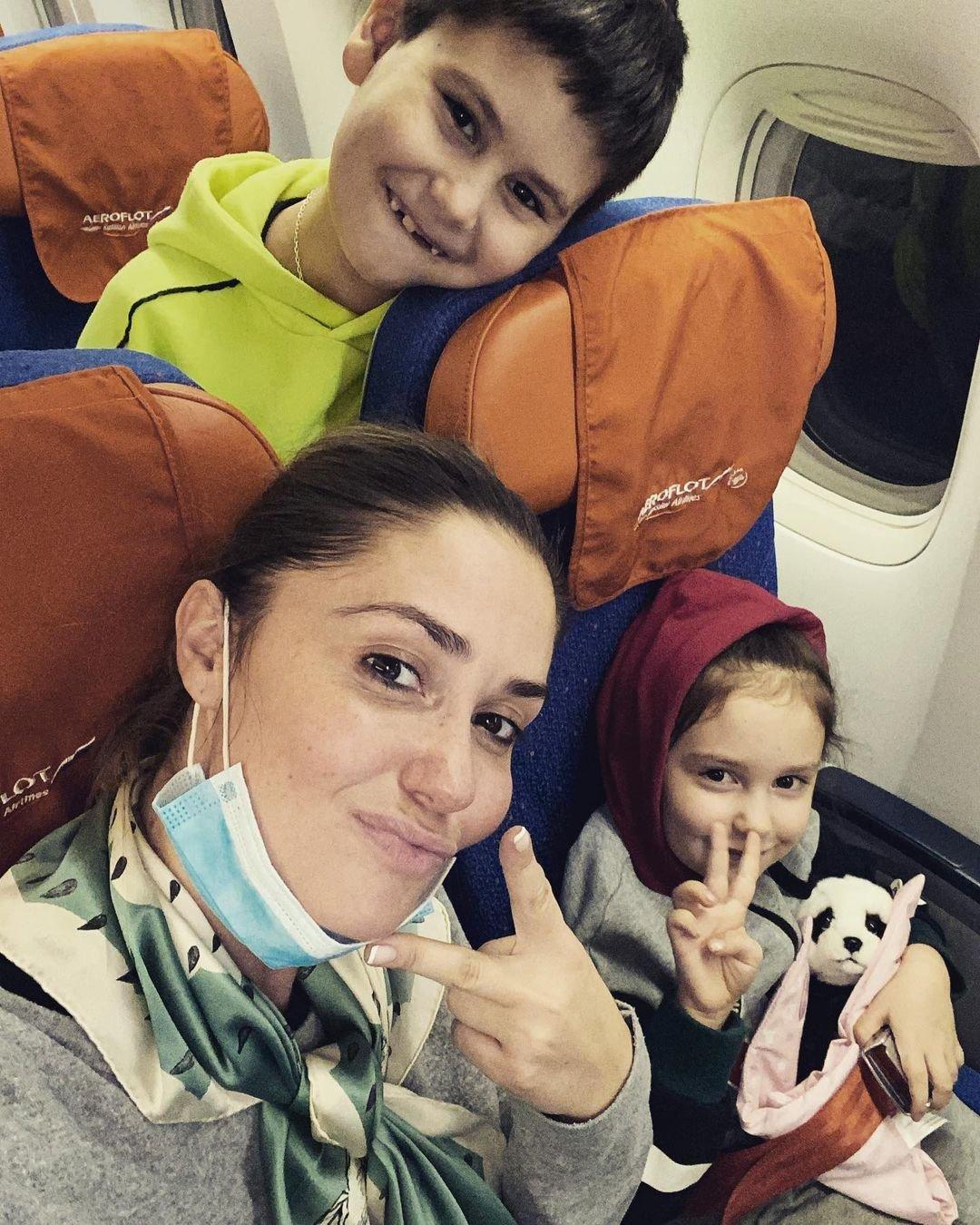Агата Муцениеце с детьми улетела на отдых после выписки Павла Прилучного
