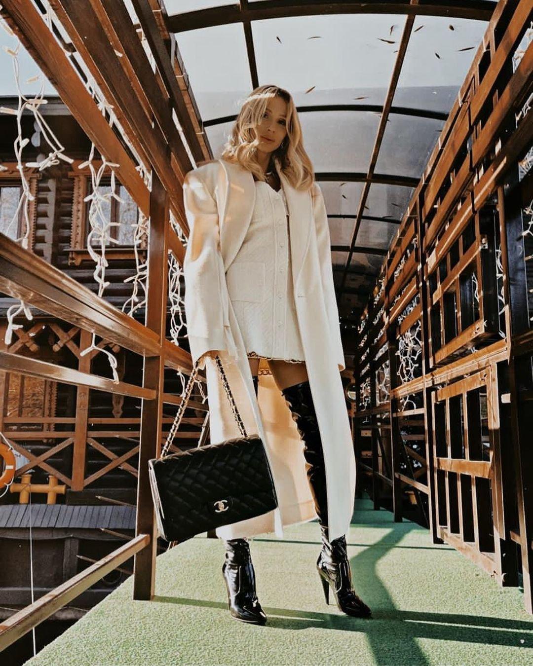Светлана Лобода предстала в ботфортах и белом пальто