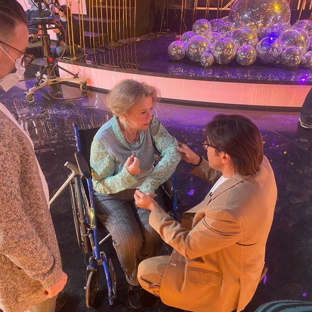 Валентина Талызина встала с инвалидной коляски и спела детскую песню на шоу Андрея Малахова
