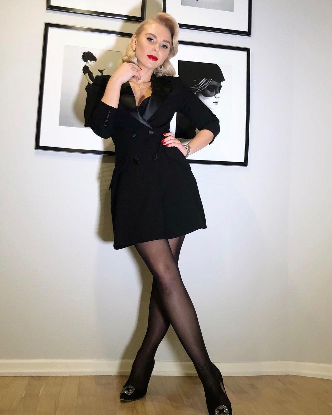 Пелагея предстала в коротком платье-пиджаке