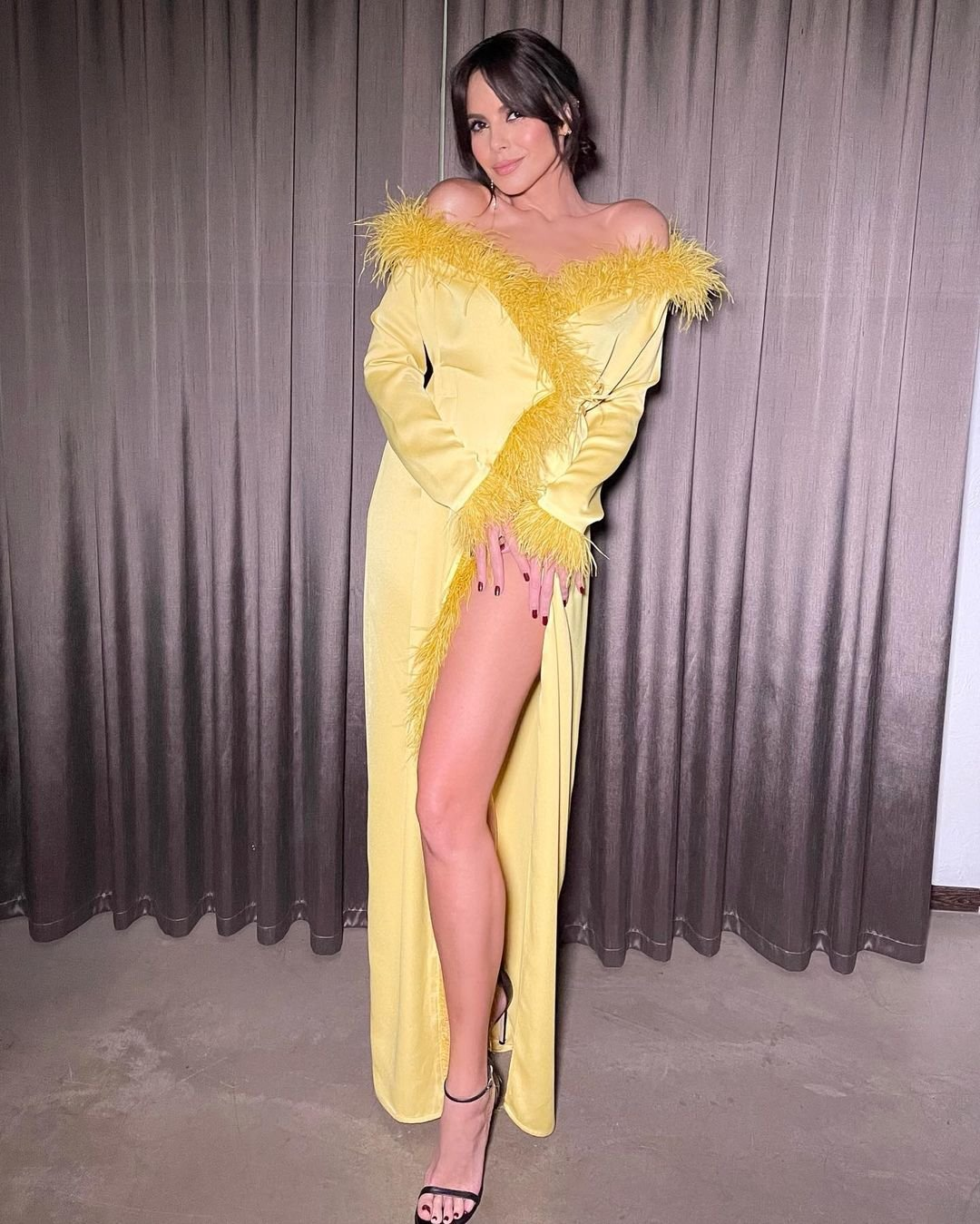Настя Каменских предстала в ярко-жёлтом платье с разрезом на бедре