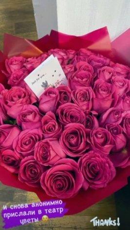 Кристина Асмус получает букеты роз от тайного поклонника