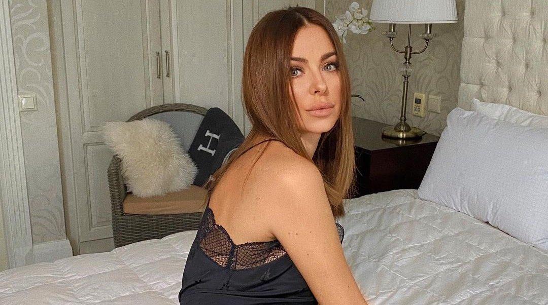 Ани Лорак показала стройные ноги в коротком платье