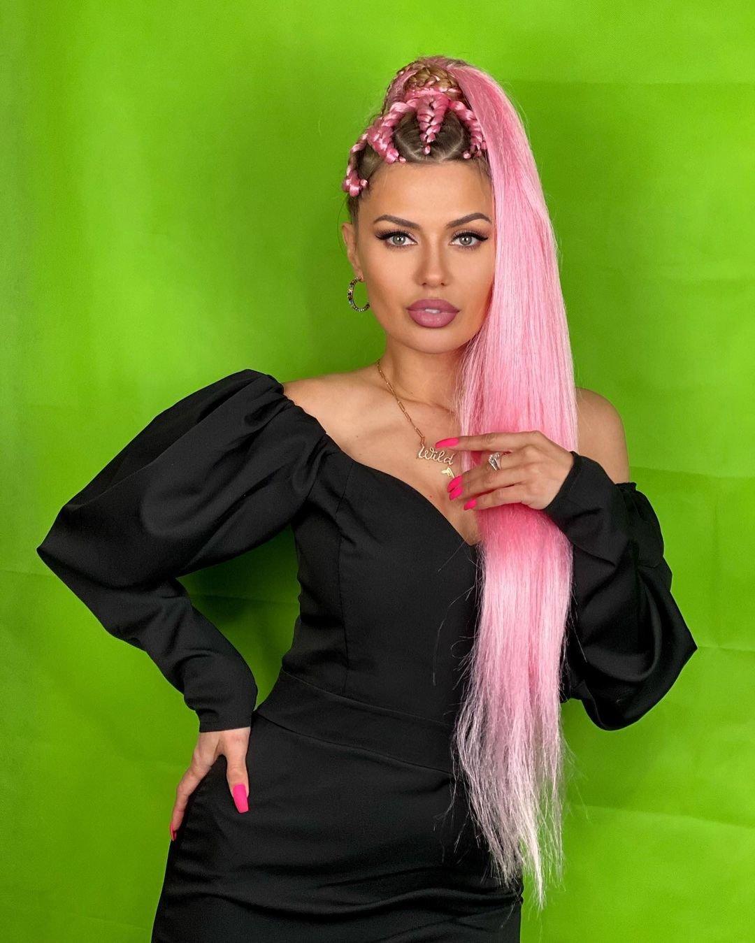 Викторию Боню раскритиковали за розовые волосы