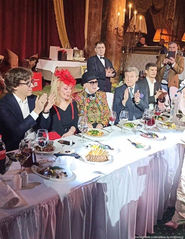 Алла Пугачева в стильном наряде пришла на день рождения к Вячеславу Зайцеву